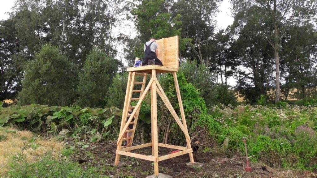 Skydetårn af træ under opsætning